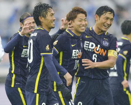 広島―G大阪 後半、PKで2点目を決め、イレブンと喜ぶ広島・浅野(左から3人目)=日産スタジアム