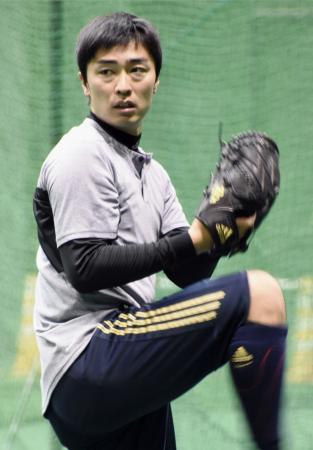 休日を返上してキャッチボールで調整するソフトバンク・和田=宮崎アイビー