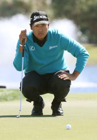 第1ラウンド、18番でパッティングラインを読む松山英樹。1オーバーで暫定40位=PGAナショナル(共同)