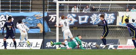 広島―川崎 後半、決勝ゴールを決める川崎・小林(左から2人目)。広島・GK林=Eスタ