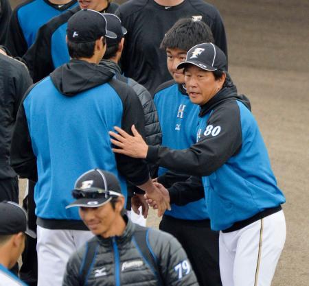 キャンプを打ち上げ、大谷(左)らナインと握手を交わす日本ハム・栗山監督=名護