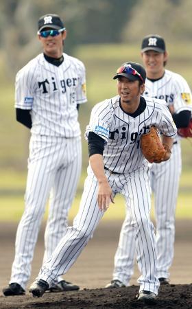守備練習する阪神・藤川(手前)。奥左は藤浪=宜野座