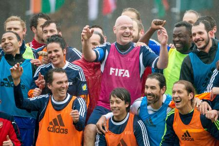 FIFA本部でのサッカーの試合後に記念写真に納まるインファンティノ新会長(中央)=2月29日、チューリヒ(ゲッティ=共同)