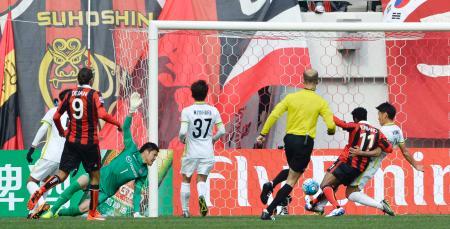 広島―FCソウル 後半、FCソウルのアドリアーノ(11)に3点目のゴールを決められる広島・GK林=ソウル(共同)
