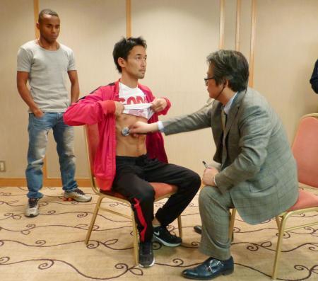 WBCダブル世界戦を前に予備検診を受けるバンタム級王者の山中慎介。左は挑戦者のリボリオ・ソリス=1日、東京都内のホテル
