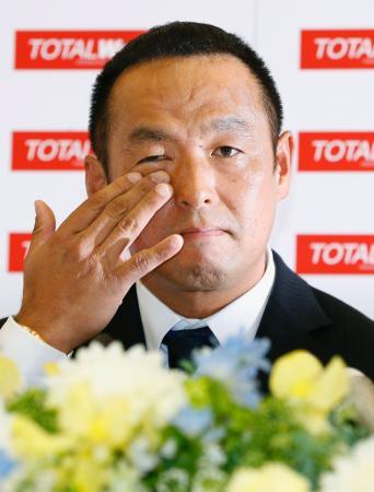 記者会見で現役引退を表明し、涙を拭う松中信彦内野手=1日、福岡市