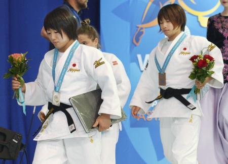 昨年の世界柔道選手権で女子48キロ級、2位の浅見八瑠奈(左)と3位の近藤亜美=2015年8月、アスタナ(共同)