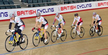 世界選手権の会場で最終調整する自転車トラック種目の日本代表チーム=1日、ロンドン
