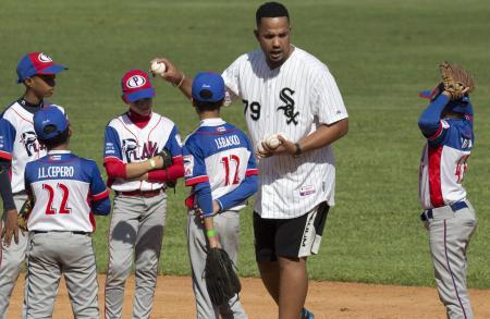 昨年12月、キューバを訪れ子どもたちに野球の指導をするホワイトソックスのアブレイユ内野手(AP=共同)