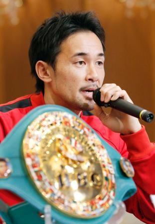 10度目の防衛戦を前に記者会見する、WBC世界バンタム級王者の山中慎介=2日、京都市