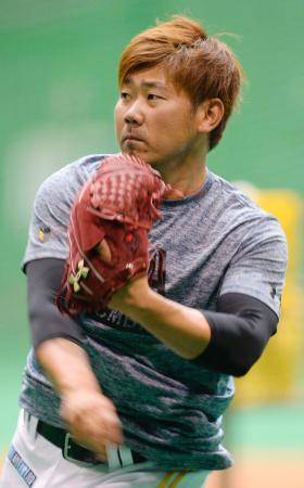 キャッチボールで調整するソフトバンク・松坂=宮崎アイビー