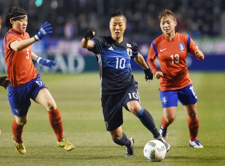 日本―韓国 前半、ドリブルで攻め込む大儀見=金鳥スタ