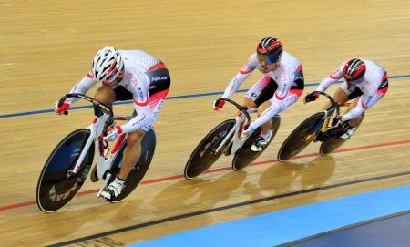 男子チームスプリント予選に出場した(左から)雨谷一樹、渡辺一成、中川誠一郎=ロンドン(共同)
