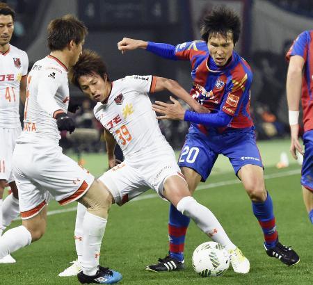 FC東京―大宮 前半、大宮・泉沢(39)らに突破を阻まれるFC東京・前田(右)=味スタ