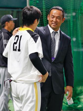 ヤフオクドームを訪れ、ソフトバンク・和田(左)と話す松中信彦氏=3日、福岡市