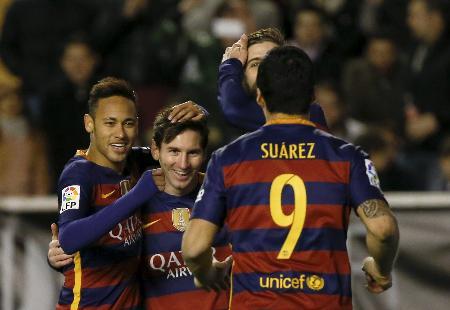 ゴールを決め、スアレス(手前)、ネイマール(左)と喜ぶバルセロナのメッシ=マドリード(ロイター=共同)
