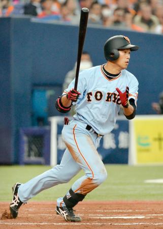 5回、右翼線に適時二塁打を放った巨人・立岡=京セラドーム