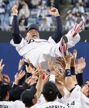 試合後の引退セレモニーで、胴上げされる中日の山本昌氏=5日、ナゴヤドーム