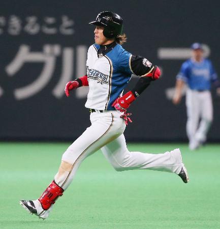 2回、右翼に適時打を放ち、二塁へ向かう日本ハム・陽岱鋼=札幌ドーム