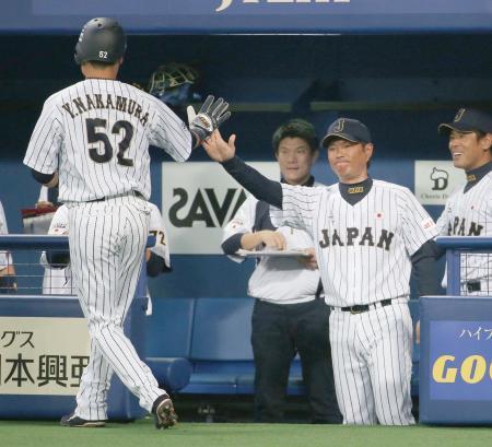 台湾戦の2回、先制の2点二塁打を放った中村悠(左)とタッチを交わす小久保監督=ナゴヤドーム