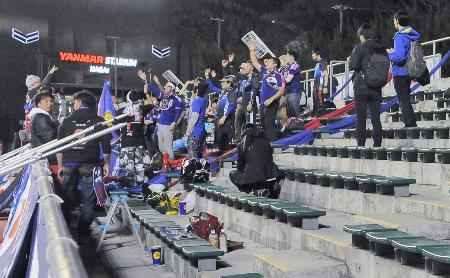 サッカー女子の五輪予選敗退が試合前に決まり、盛り上がらないスタンド=7日夕、大阪市のキンチョウスタジアム