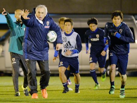 選手に指示を出すハリルホジッチ監督(左から2人目)=千葉県内