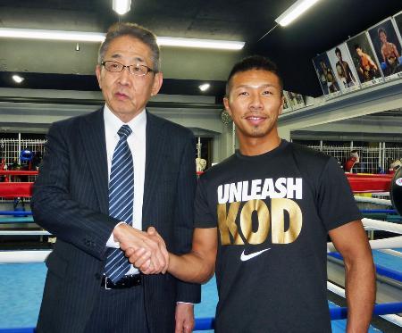 WBAのスーパー王者に昇格した内山高志(右)とジムの渡辺均会長=2015年2月23日、東京都品川区のワタナベジム
