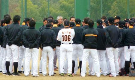 新たな野球賭博関与が発覚し、球団から訓示を受ける巨人の選手ら=9日、川崎市のジャイアンツ球場
