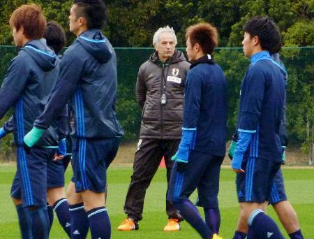 練習を見るハリルホジッチ監督=千葉県内
