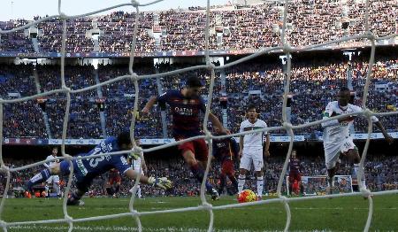 1月、バルセロナ対グラナダの試合が行われたカンプノウ競技場(ロイター=共同)