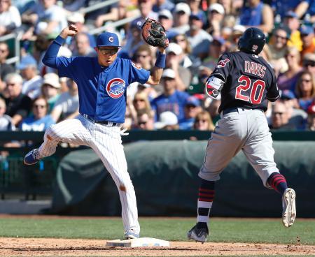 インディアンス戦の7回、途中出場で一塁の守備に就いたカブスとマイナー契約の川崎(左)=メサ(共同)