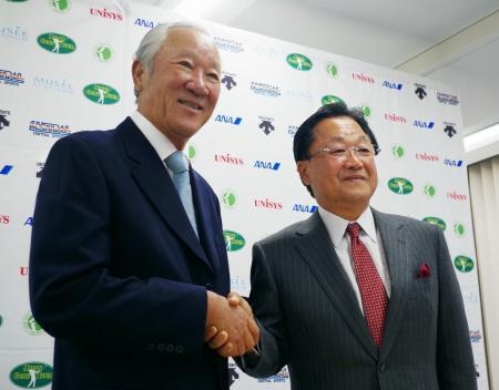 あいさつに訪れたPGAの倉本昌弘会長(右)と握手を交わすJGTOの青木功新会長=10日、東京都港区