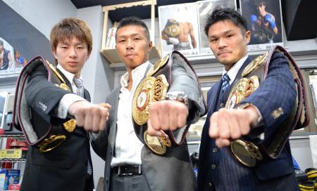 世界戦に向けてポーズをとる3王者。(左から)WBAライトフライ級の田口良一、スーパーフェザー級の内山高志、スーパーフライ級の河野公平=11日、東京都品川区のワタナベジム