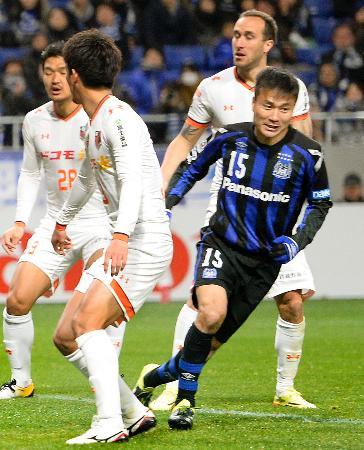 G大阪―大宮 後半、先制ゴール決め、駆けだすG大阪・今野(15)=吹田スタ