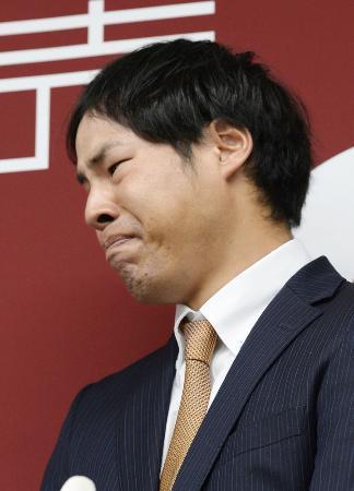 野球賭博関与が明らかになり記者会見で涙をこらえるプロ野球巨人の高木京介投手=3月9日午後、東京・大手町の球団事務所
