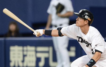 3回、中日・遠藤が右中間に適時二塁打を放つ=ナゴヤドーム
