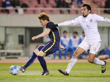 広島―ブリラム 前半、先制ゴールを決める広島・浅野(左)=Eスタ