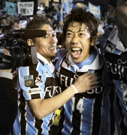 川崎―名古屋 後半、決勝ゴールを決め喜ぶ川崎・中村(右)と大久保=等々力
