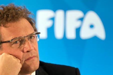 リオデジャネイロでの記者会見で質問に耳を傾ける国際サッカー連盟(FIFA)のバルク前事務局長=2014年1月(AP=共同)