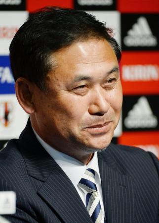 サッカー女子の日本代表監督を退任し、記者会見で目を潤ませる佐々木則夫氏=18日午後、東京都文京区