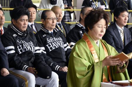 「鷹観音」で3年連続の日本一を祈願する(左から)ソフトバンクの工藤監督、王球団会長ら=18日、福岡市のヤフオクドーム