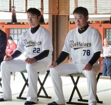 住吉大社で必勝祈願するオリックスの福良監督。左は伊藤選手会長=18日、大阪市