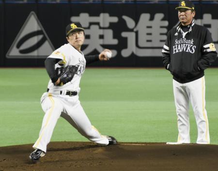 ヤフオクドームのマウンドで投球練習するソフトバンク・和田。右は佐藤コーチ