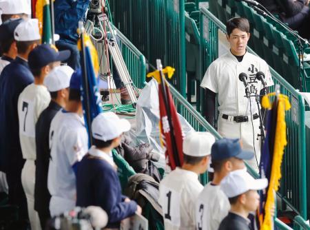 スタンドで選手宣誓の予行演習をする小豆島の樋本尚也主将(右端)=19日、甲子園球場
