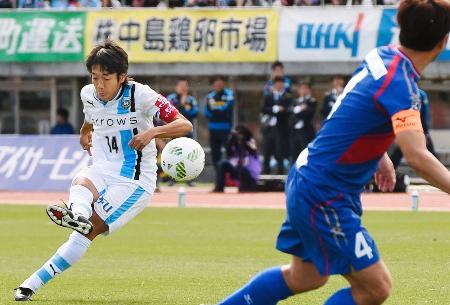 甲府―川崎 前半、直接FKで先制ゴールを決める川崎・中村(中央)=中銀スタ