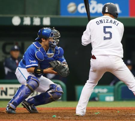 5回西武1死三塁、打者鬼崎(右)のとき、三走をけん制で刺すDeNAの捕手戸柱=西武プリンスドーム