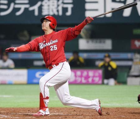 7回、左越えに逆転満塁本塁打を放つ広島の代打新井=ヤフオクドーム