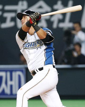 2回、左越えに本塁打を放つ日本ハム・中田=札幌ドーム