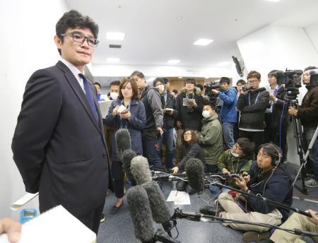 選手間の現金授受問題で調査結果を発表するDeNAの担当者=20日、横浜スタジアム