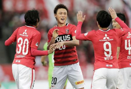 湘南―浦和 前半、先制ゴールを決めイレブンと喜ぶ浦和・李=BMWスタジアム